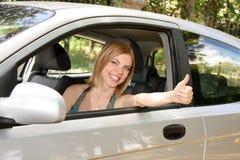 Frau glücklich im Auto Stockfoto