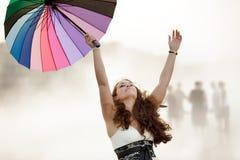 Frau glücklich im Nebel Stockfotos