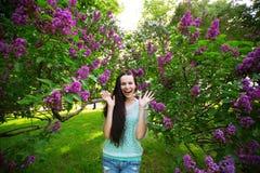 Frau glücklich im Park Stockbild