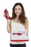 Frau glücklich mit roten Schuhen als Geschenk lizenzfreies stockfoto