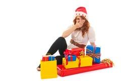Frau glücklich mit vielen Weihnachtsgeschenken Stockfotografie