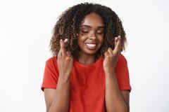Frau glauben an die glaubenden Wunder optimistischer und froher Herstellungswunsch für Weihnachtsmann-Kreuzfinger für Abschluss d lizenzfreie stockfotografie