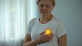 Frau glaubt den Schmerz in der Brust und überprüft Milch- Drüse, Engesymptome von Krebs stock footage