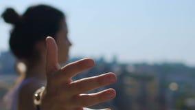 Frau glaubt Stadtgeist, städtischer Dame, die Erhöhungen vom Fokus austeilt, weibliche Liebesstadt stock video