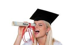 Frau-graduiertes Spielen mit Diplom Lizenzfreie Stockfotos