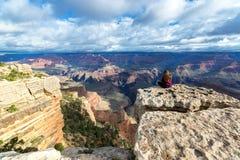 Frau am Grand Canyon Lizenzfreies Stockfoto
