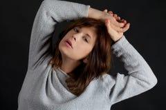 Frau in Gray Sweater Lizenzfreie Stockfotos
