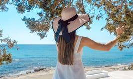 Frau in griechischen Ferien, die den Ozean betrachten Stockfotos