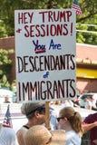 Frau hält Antieinwanderungsrecht-Zeichen an Atlanta-Demonstrationszug stockbild