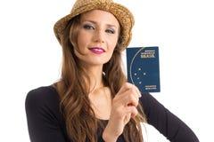 Frau hält brasilianischen Pass Person mit grünen Augen und blondes Lizenzfreie Stockfotografie