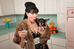 Frau hält Chihuahua an Stockbilder