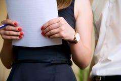 Frau hält das Dokument und Mann nahe gelegen an stockbilder