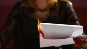 Frau hält ein Ritual der schwarzen Magie Bannmänner Er verwendet Fotografie stock footage