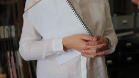 Frau hält ein Tagebuch in ihren Händen stock footage