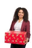 Frau hält ein Weihnachtsgeschenk Stockfoto