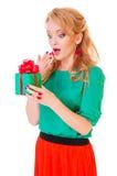Frau hält eine Geschenkbox an Stockbild