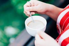 Frau hält eine Kaffeetasse Lizenzfreies Stockbild