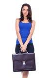 Frau hält einen Aktenkoffer an stockbild
