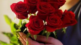 Frau hält einen Blumenstrauß von roten Rosen Stockfotos
