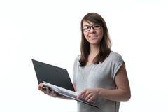 Frau hält einen Ordner mit Dokumenten Stockbild