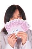 Frau hält Euro 2 an Lizenzfreie Stockfotos
