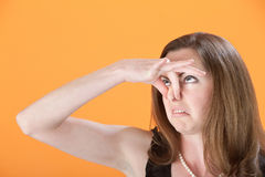 Frau hält ihre Wekzeugspritze an Stockfoto