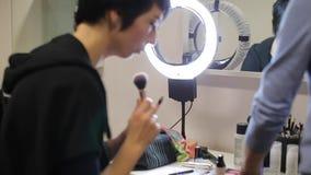 Frau hält in ihrem Handfeger für Make-up stock footage
