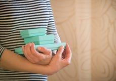 Frau hält kleine blaue Geschenkboxen Geschenk stockbild
