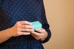 Frau hält kleine blaue Geschenkboxen Geschenk Stockfoto