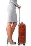 Frau hält ledernen Koffer Stockbild