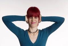 Frau hält Ohr geschlossen lizenzfreie stockfotos