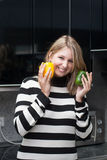 Frau hält Paprika in ihren Händen an Lizenzfreies Stockbild