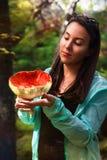 Frau hält Pilz, Giftpilz Stockbilder