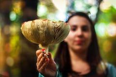 Frau hält Pilz, Giftpilz Stockbild