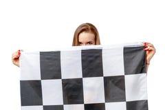 Frau hält Rennen-checkerd Flagge Stockfotos