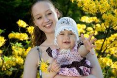 Frau hält Tochter an Lizenzfreie Stockfotografie