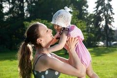 Frau hält Tochter an Lizenzfreies Stockfoto