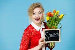 Frau hält Tulpen, Brett mit Text am 8. März Stockfoto