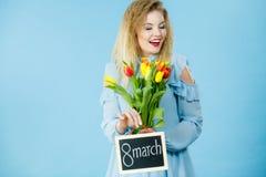 Frau hält Tulpen, Brett mit Text am 8. März Lizenzfreie Stockbilder