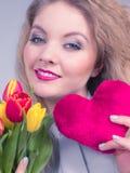 Frau hält Tulpen und rotes Herz Stockbilder