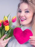 Frau hält Tulpen und rotes Herz Stockfotos