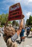 Frau hält unterzeichnen herein Atlanta-Steuer-Demonstrationszug Stockbilder