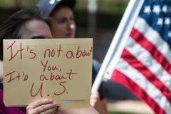 Frau hält Zeichen an der Atlanta-Trumpf-Steuer-Protest-Sammlung Lizenzfreies Stockfoto