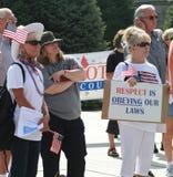Frau hält Zeichen mit Respekt befolgt unsere Gesetze Stockfotografie