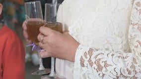 Frau hält zwei Gläser Champagner Nahaufnahme stock video