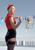 Frau hängt heraus gewaschene Unterwäsche Stockfoto