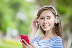 Frau hören Musik Stockbilder