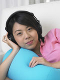 Frau hören Musik Lizenzfreie Stockfotos