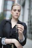 Frau halten Schlüssel an der Kamera Lizenzfreie Stockfotos