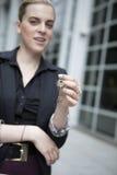 Frau halten Schlüssel an der Kamera Lizenzfreies Stockfoto